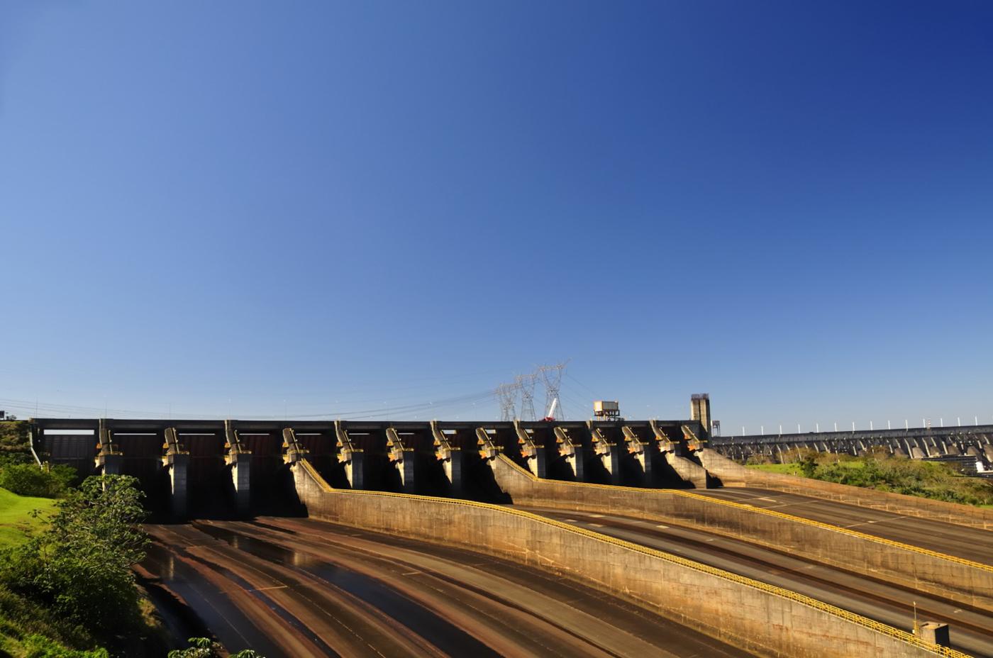 bra14-visit-the-itaipu-dam-free-istock-000014954220large