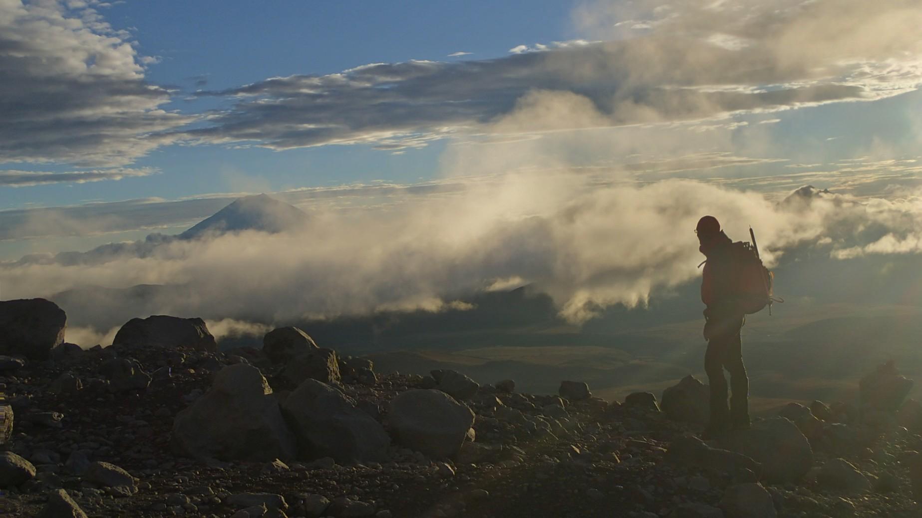 ecu22-sunset-walk-beside-a-volcanic-lake-im-free